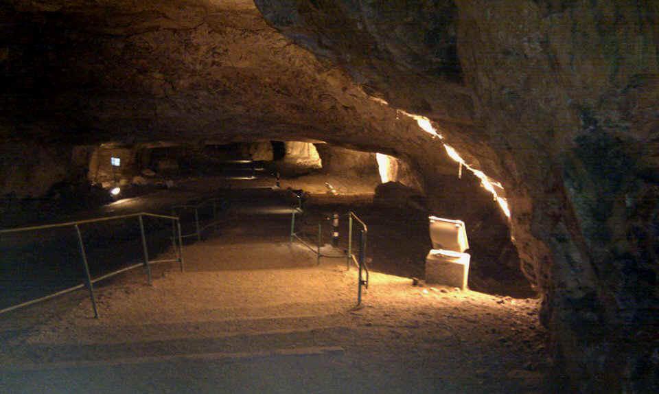 Foto: Dit is echt een leuke belevenis . Zedekia's grot onder de noordelijke islamitische wijk is een ca. 200 m. lange afdaling. Het heet ook wel: Salomo's Steengroeven. Zij hebben er eeuwenlang de stenen voor muren en gebouwen uitgebeiteld. Dat is vooral dieper in de grot nog mooi te zien in de wanden. De ingang is bij de Damascuspoort. Een half uur ronddwalen door de gangen en 'zalen' was zeer de moeite waard.