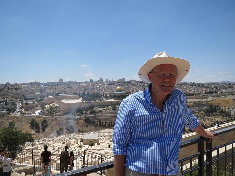 Foto: Deze keer gaan we niet met Bart Repko maar met Albert de Hoop 'proclameren' op de muur. En daarnaast veel leuke dingen doen natuurlijk. Er zijn diverse gesprekken met Joden georganiseerd, waardoor we over en weer veel van elkaar leren. Vandaag o.a. de Olijfberg met een beginnend 'Palestijns' brandje (foto).
