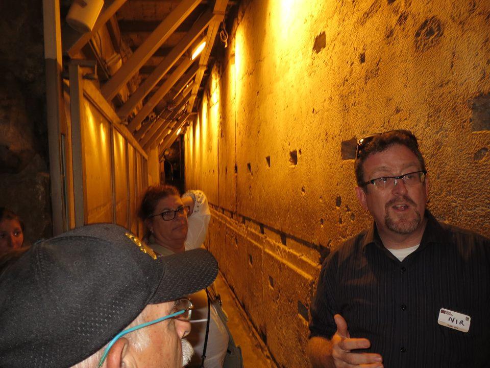 Foto: De Tunneltour in Jeruzalem is een indrukwekkende tocht van ruim een uur langs de fundamenten van het tempelplein. We kregen een boeiende uitleg van de geschiedenis van de Tempelberg, die door David werd gekocht en betaald, en waar Abraham zijn offer bracht, en waar God wilde wonen in een tempel. We zagen o.a. een steen van 14 meter lang en ruim 500 ton, en kregen een mooi beeld van de opgravingen.  Na de 6-daagse oorlog van 1967, waarbij Jeruzalem werd bevrijd, begon het graafwerk en werden allerlei ontdekkingen gedaan. Boeiend!